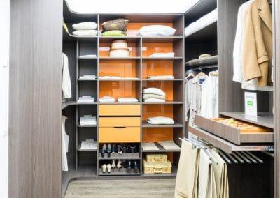DRESSING Association du chêne de Toscane et du MDF laqué orange - Côté équipement : tiroir à bijoux, porte-chaussures escamotable - La penderie est éclairée par un système LED