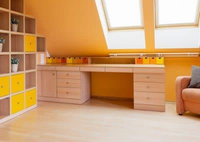 La robustesse caractérise cet aménagement réalisé en hêtre étuvé - Panneaux grande épaisseur - Tiroir en en couleur oranger pour une touche de peps - Le bureau lié assorti cache des tiroirs type plumier