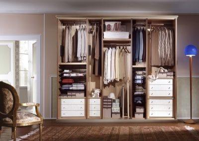 Aperçu d'un placard orienté dressing sans ses portes coulissantes - Un rêve de rangement dans un espace réduit
