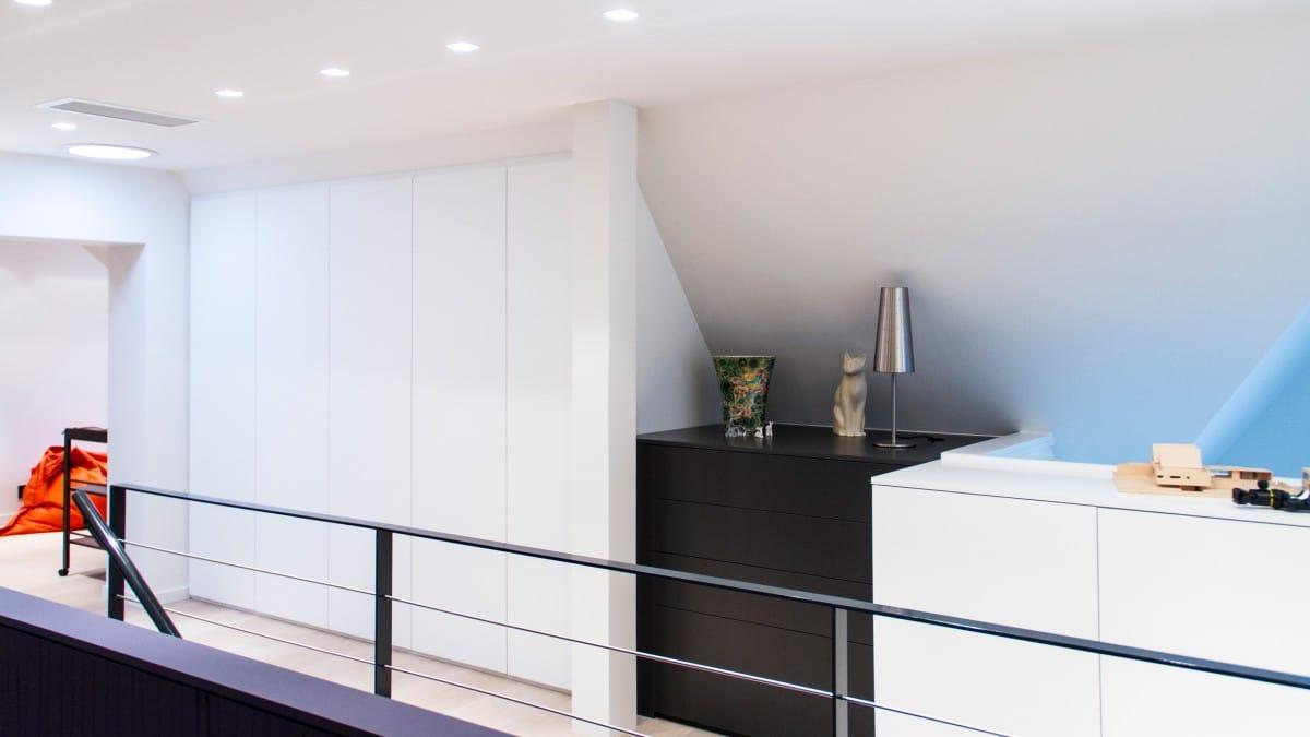 Placard intégré en sous-pente - Mélaminé blanc lisse satiné mat - meuble bas en commode laqué noir mat