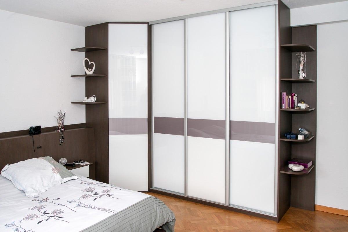 Placard aux portes en verre laqué blanc et praline - Intégration en ajoutant des étagères sur les angles du meuble