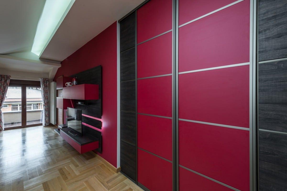 Habillage d'un placard en prolongement du placard fuschia - composition 2 tons avec du wengé - meuble TV assorti avec insertion d'un éclairage LED