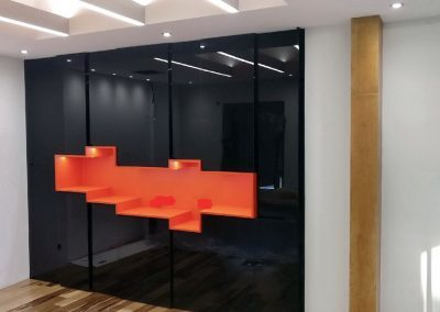 Agencement sur mesure médium laqué noir avec niche ouverte médium laqué orange