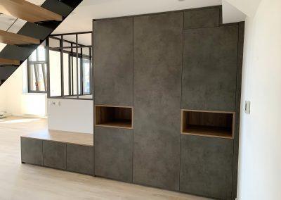 Placard portes battantes et niches ouvertes, partie basse porte chaussures escamotables et servant d'assise.