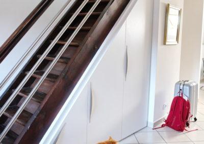 Parfaitement intégré, le placard sous escalier permet l'optimisation du rangement en profondeur